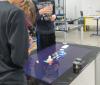 Des élèves expérimentent le fonctionnement du spectroscope